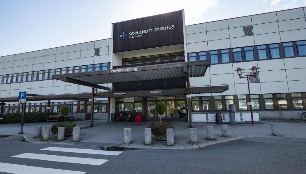 Sørlandet sykehus har sykehusavdelinger i Kristiansand, Arendal og Flekkefjord. Det er ikke kjent hvilken avdeling helsearbeideren er innlagt på. Bildet er fra Kristiansand. Foto: Tor Erik Schrøder / NTB