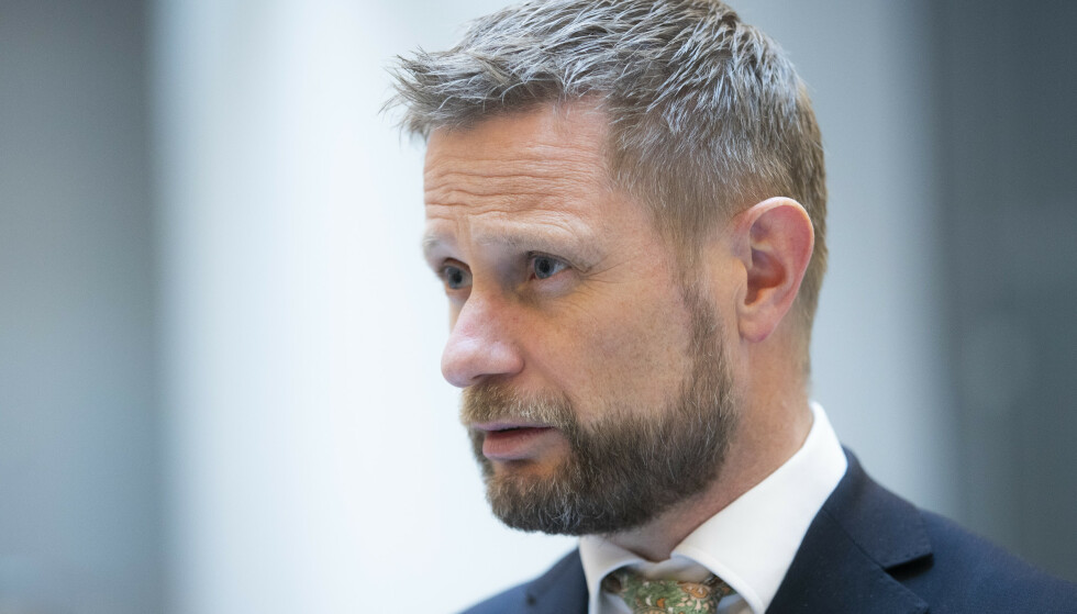 Helse- og omsorgsminister Bent Høie (H) møter pressen mandag kveld. Foto: Berit Roald / NTB