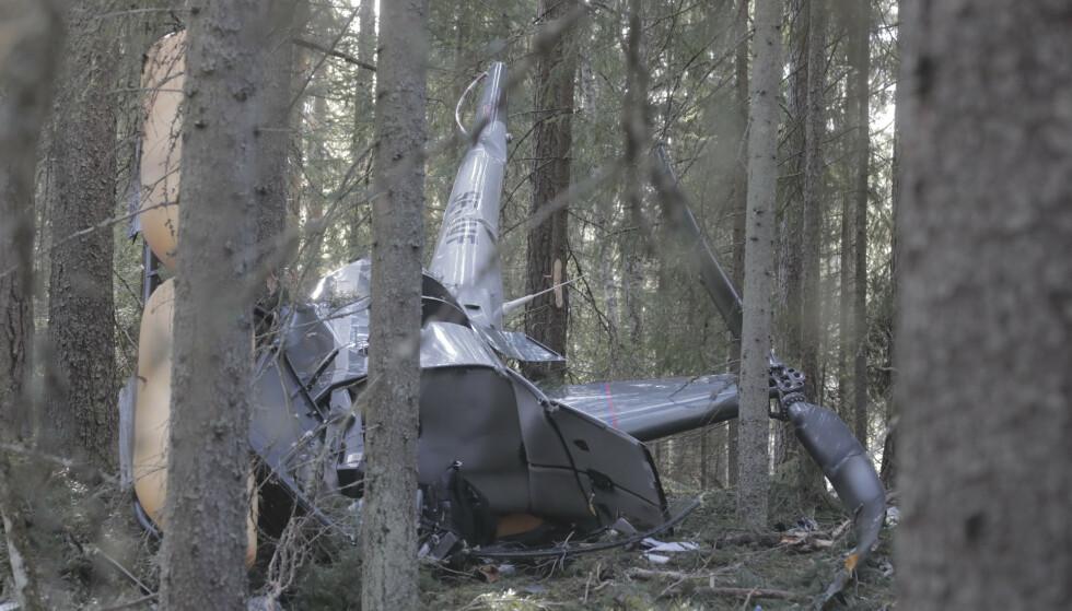 Tre personer ble alvorlig skadd da et helikopter styrtet i skogen utenfor Leksand i Sverige. Et norsk redningshelikopter fra Rygge bisto i redningsarbeidet. Foto: Henrik Hansson / TT / NTB