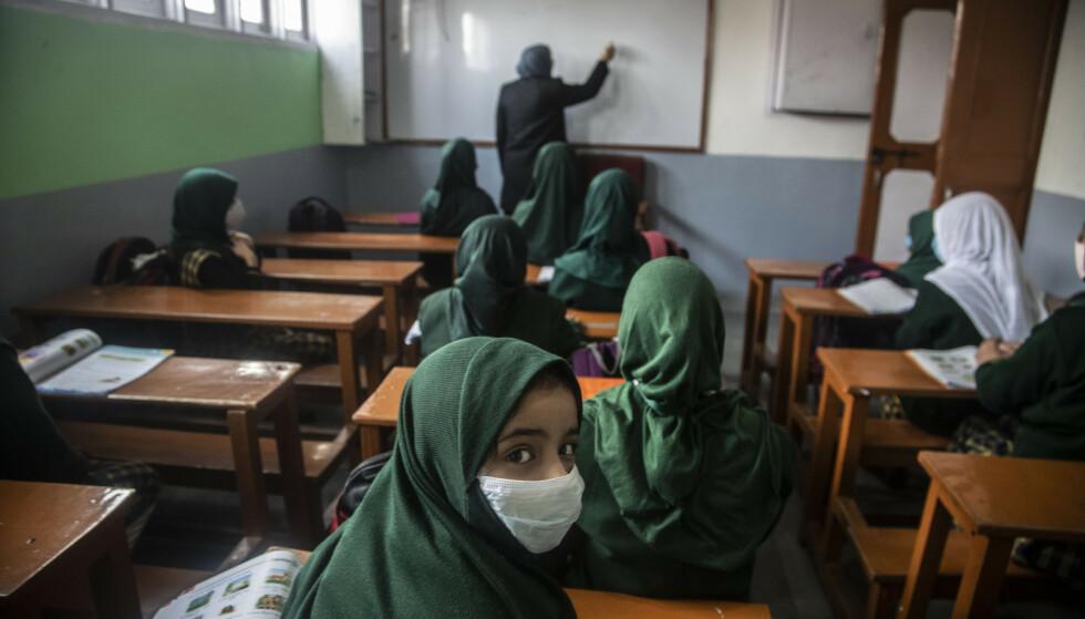 Med munnbind fikk elever 15. mars undervisning på en skole i Srinagar i Kashmir. Reduserte helsetjenester som følge av pandemien har kostet flere hundre tusen barn livet i Asia, ifølge ny rapport fra Unicef. Illustrasjonsfoto: Mukhtar Khan / AP / NTB