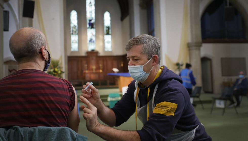 Flere enn 27 millioner mennesker i Storbritannia har allerede fått minst én vaksinedose. På bildet får en mann et sprøytestikk på et vaksinesenter i Ealing i London. Foto: AP / NTB