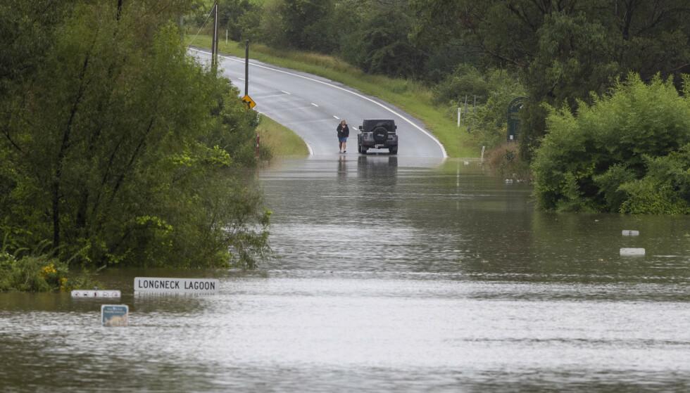 Mange veier er stengt på grunn av flommen i den australske delstaten New South Wales. Her fra Old Pitt Town nordvest for Sydney. Foto: Mark Baker / AP / NTB