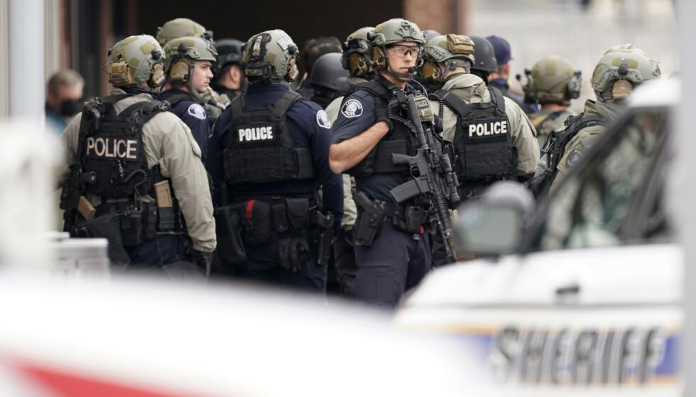 Politiet i Colorado rykket mandag ut til et supermarked i byen Boulder der det ble meldt om skyting. Foto: David Zalubowski / AP / NTB