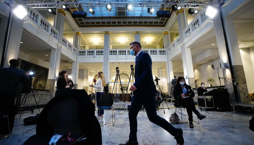 Bent Høie på vei til corona-pressekonferanse. Foto: Lise Åserud / NTB
