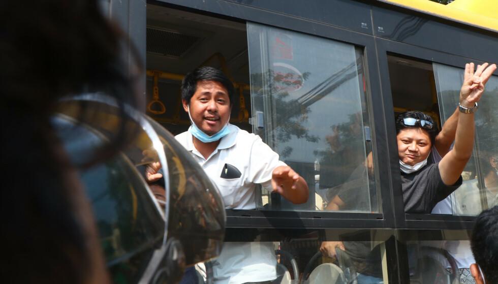 Løslatte demonstranter viste tre fingre, et symbol på motstand mot kuppet, idet de ble kjørt med buss fra Insein-fengselet onsdag. En anonym embetsmann sier at over 600 demonstranter er løslatt. Foto: AP / NTB