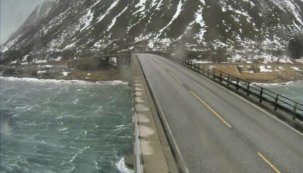 Det er sterk vind i Nord-Norge onsdag, Flere veistrekninger, fergeruter og skoler er blitt rammet. Her blåser det mye ved Gimsøybrua i Lofoten. Foto: Statens vegvesen / NTB