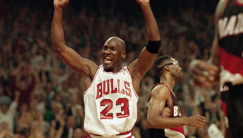 Den amerikanske basketballstjernen Michael Jordan har tapt over 4 milliarder kroner på coronapandemien. Foto: John Swart / AP / NTB