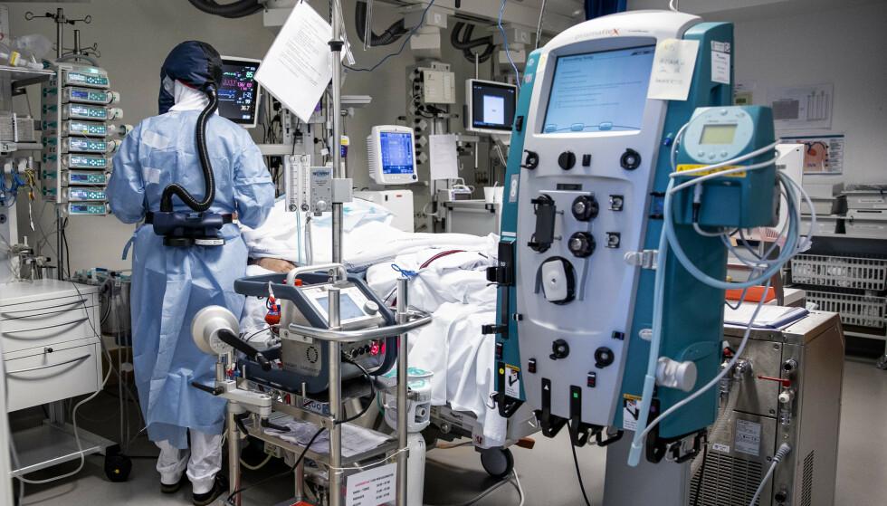 264 coronapasienter var lørdag innlagt på sykehus. Bildet viser behandling av pasienter med Covid-19 på intensivavdelingen på Oslo Universitetssykehus Rikshospitalet. Foto: Jil Yngland / NTB