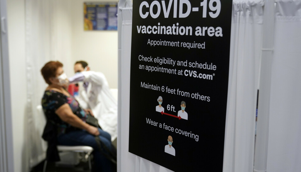 En dame mottar Moderna-vaksinen i Los Angeles i USA. Foto: Marcio Jose Sanchez / AP / NTB
