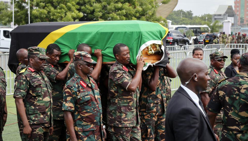 Kisten med Tanzanias tidligere president blir båret inn på Uhuru-arenaen i Dar es Salaam, der det senere oppsto trengsel og panikk som førte til at 45 personer mistet livet. Foto: AP Photo / NTB