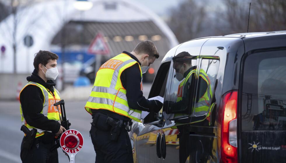 Tyske politibetjenter sjekker reisende som er i ferd med å krysse grensa fra Østerrike. Foto: Sven Hoppe / dpa via AP / NTB