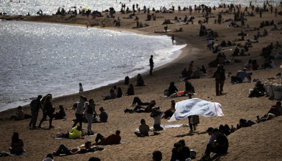 Spanske strender får ikke noe unntak for myndighetenes krav om munnbind på offentlig sted. Foto: AP / NTB Click to add image caption