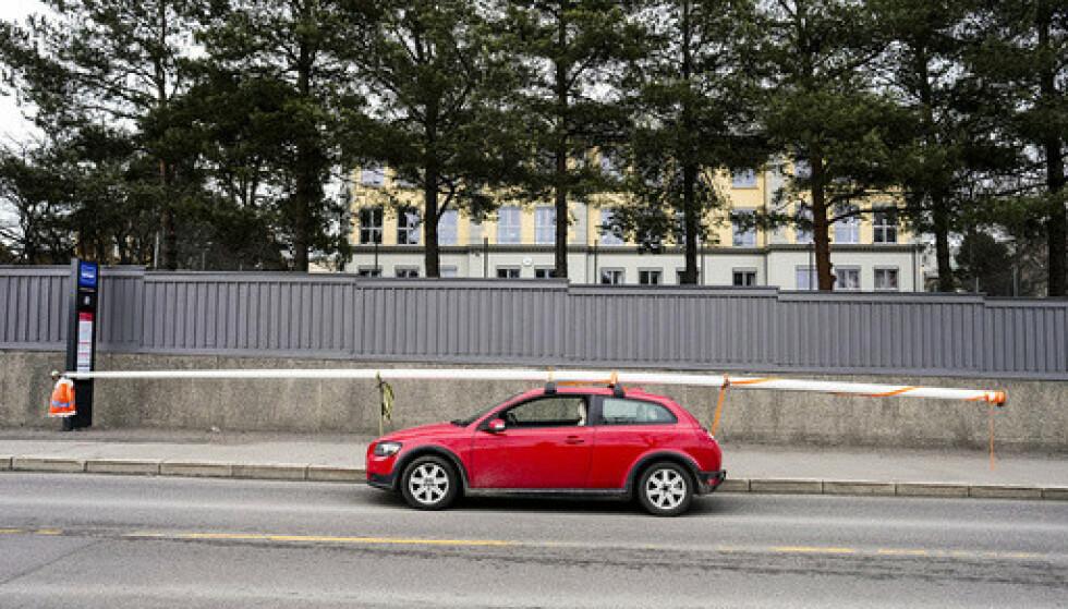 Bilen som kjørte med en flaggstang på taket, ble stoppet av politiet utenfor Grorud skole onsdag. Foto: Fredrik Hagen / NTB