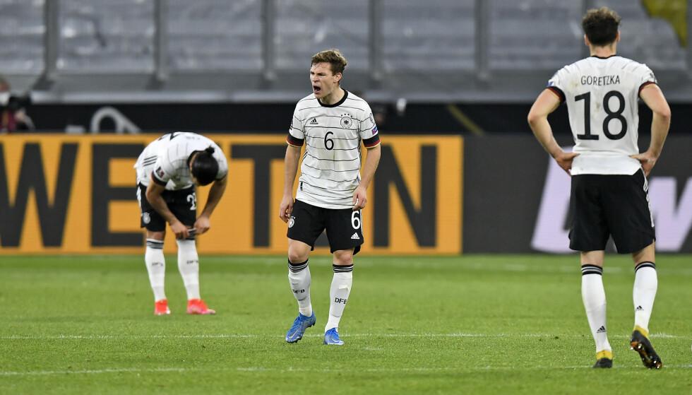 Joshua Kimmich (midten) reagerer med sinne etter at Tyskland slapp inn Nord-Makedonias 2-1-mål i VM-kvalifiseringen onsdag. Foto: Martin Meissner / AP / NTB