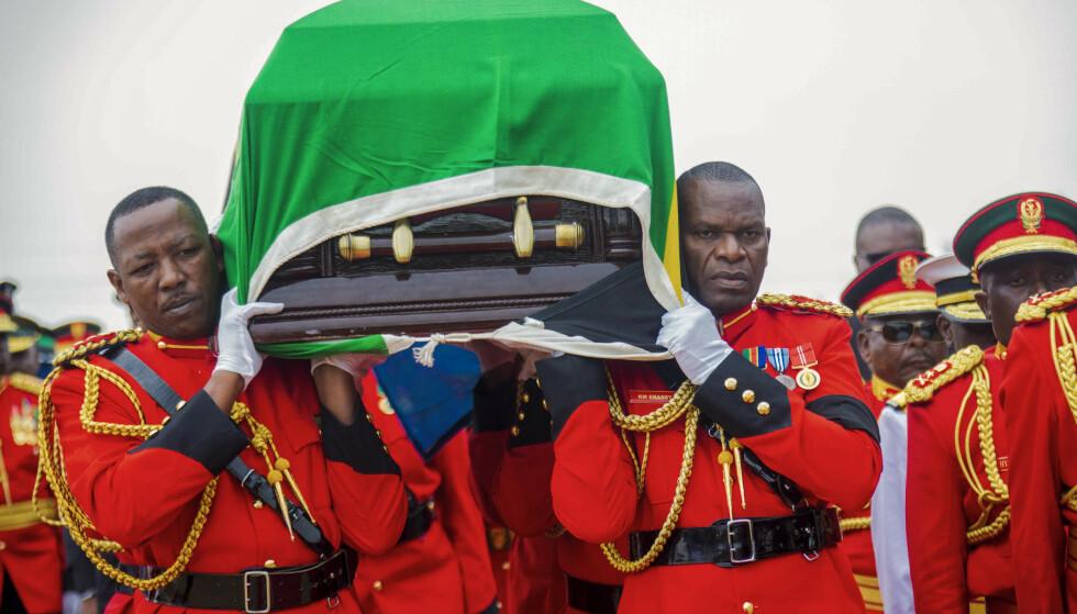 Kisten med Tanzanias president John Magufuli under begravelsen 26. mars. Presidenten avviste at det trengtes noen tiltak for å bekjempe koronaviruset. Foto: AP / NTB