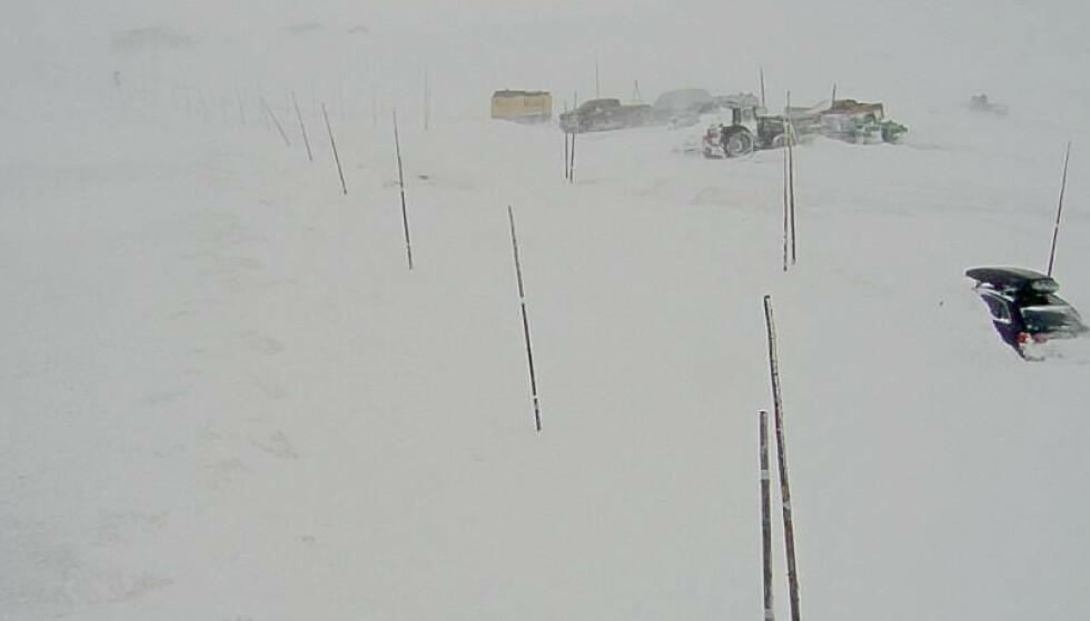 Riksvei 7 over Hardangervidda, her ved Dyranut, er fortsatt stengt. Dette bildet er fra 5. april. Arkivfoto: Statens vegvesen / NTB