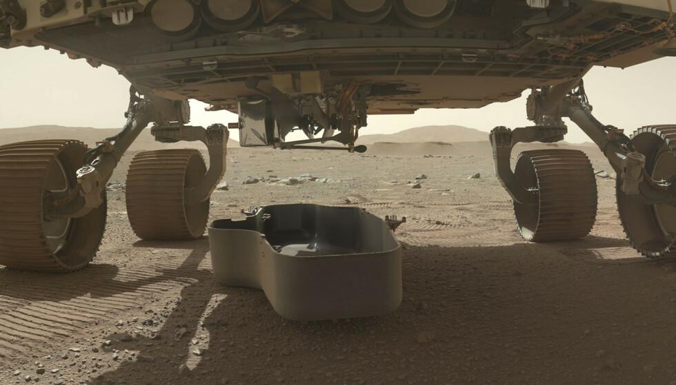Helikopterdronen hang under Mars-kjøretøyet Perseverance, men ble sluppet ned og frikoblet og må deretter klare seg selv med strøm og varme før den planlagte flyturen. Foto: Nasa/JPL-Caltech/MSSS / AP / NTB