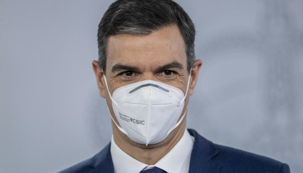 Spanias sosialdemokratiske statsminister Pedro Sánchez møtte pressen i Moncloa-palasset i Madrid tirsdag. Foto: Bernat Armangue / AP / NTB