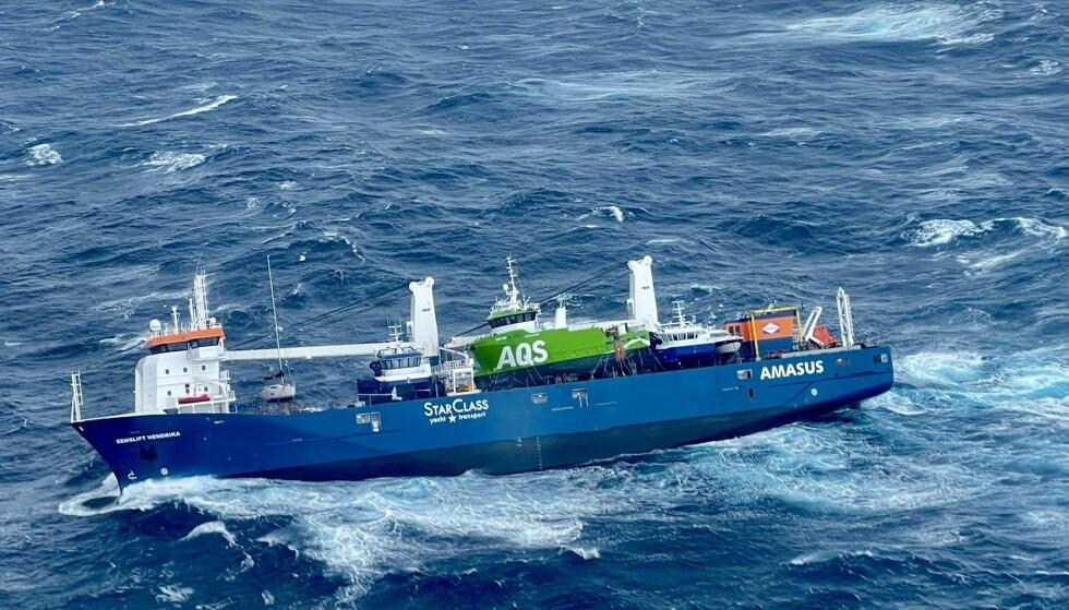 Det nederlandske lasteskip Eemslift Hendrik fikk slagside i Norskehavet mandag, og hele mannskapet er evakuert. Foto: Redningshelikopter Florø/ Hovedredningssentralen Sør-Norge / NTB