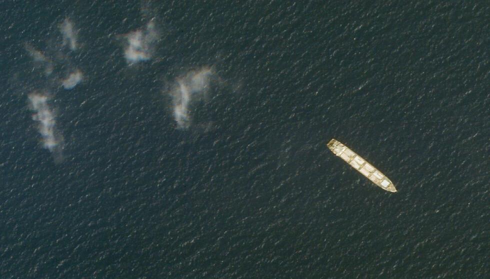 Det iranske skipet Saviz, her fanget opp av en satellitt i oktober i fjor, har ligget for anker nær det strategisk viktige Bab al-Mandeb-stredet, inngangsporten til Rødehavet, siden 2017. USA omtaler det som et kamuflert spionskip. Foto: Planet Labs Inc / AP / NTB