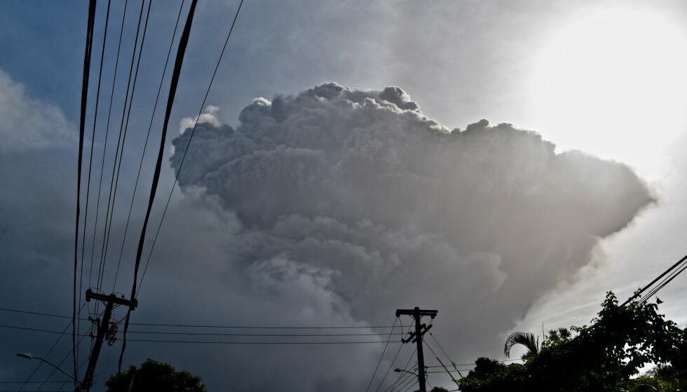 En stor askesky stiger opp fra vulkanen La Soufriere på St. Vincent etter fredagens utbrudd. Foto: Orvil Samuel / AP / NTB
