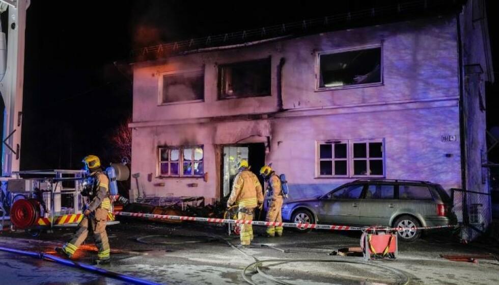 Seks personer er evakuert, der én er kritisk skadd og kjørt til Sykehuset i Østfold Kalnes etter en boligbrann i Sarpsborg natt til søndag. Foto: Fredrik Hagen / NTB