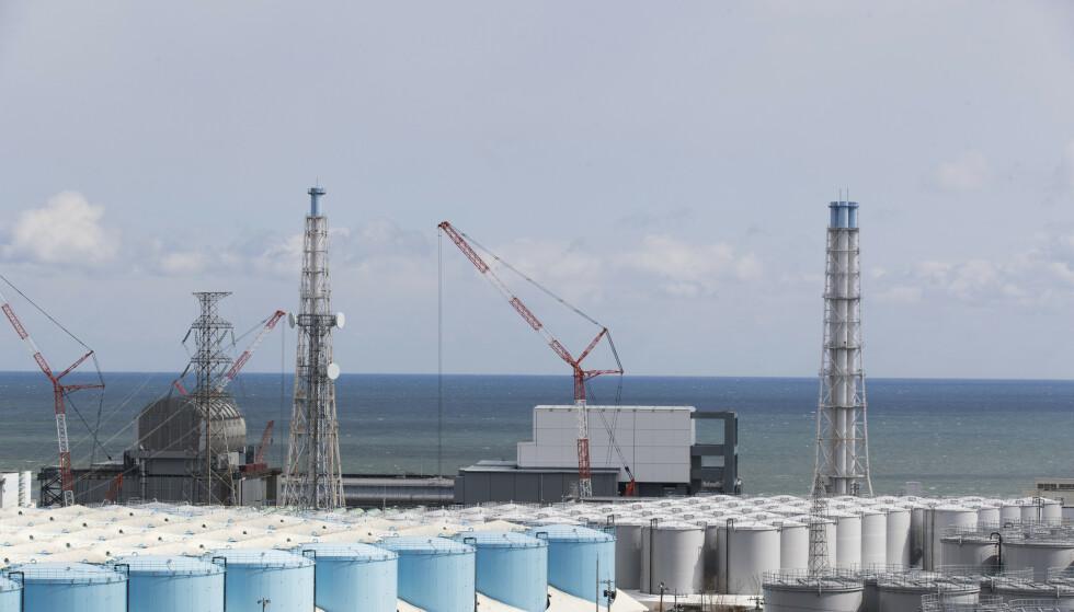 Den japanske regjeringen har bestemt at radioaktivt vann fra det ødelagte atomanlegget i Fukushima skal slippes ut i Stillehavet. Anlegget ble ødelagt av den store tsunamien i 2011. Foto: Hiro Komae / AP / NTB
