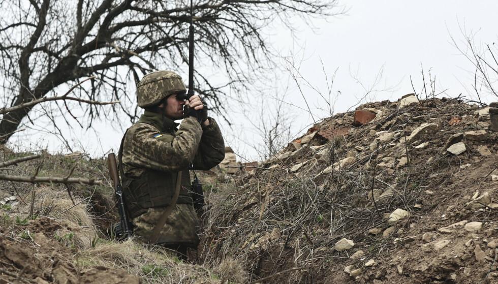 En ukrainsk soldat mandag ved en kampstilling nær frontlinjen i nærheten av Donetsk i Øst-Ukraina, der regjeringsstyrkene kjemper mot prorussiske separatister. Foto: AP / NTB