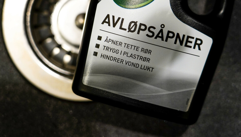 Avløpsåpnere er populært i norske hjem, men vi er ikke spesielt flinke til å håndtere dem forsvarlig nok, og det blir flere og flere henvendelser til Giftinformasjonen. Det bekymrer fagfolkene der. Illustrasjonsfoto: Lise Åserud / NTB