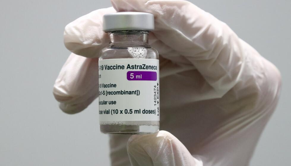 En flaske med AstraZenecas koronavaksine på et vaksinesenter i Tyskland. Illustrasjonsfoto: Matthias Schrader / AP / NTB