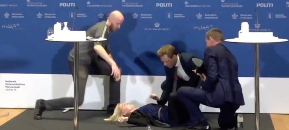SE KLIPPET: Faller om under pressekonferanse