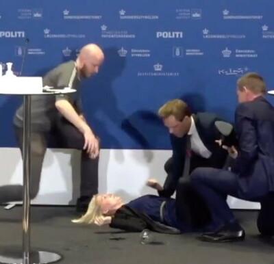 Image: SE KLIPPET: Faller om under pressekonferanse