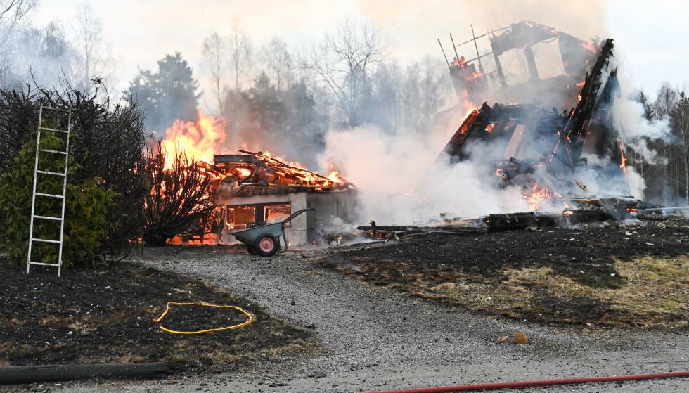 Et bolighus og en låve i Skogbygda i Nes kommune er totalskadd etter at det brøt ut brann natt til torsdag. Foto: Jan Erik Hæhre / Raumnes / NTB