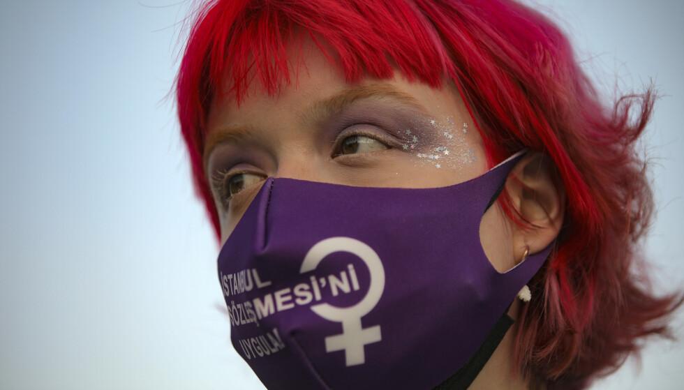 Kvinner har færre rettigheter og mindre kontroll over eget liv enn menn mange steder i verden. Bildet er fra en demonstrasjon i Tyrkia etter at landet trakk seg fra Istanbul-konvensjonen om forebygging av vold mot kvinner og vold i nøre relasjoner. Arkivfoto: Emrah Gurel / AP / NTB