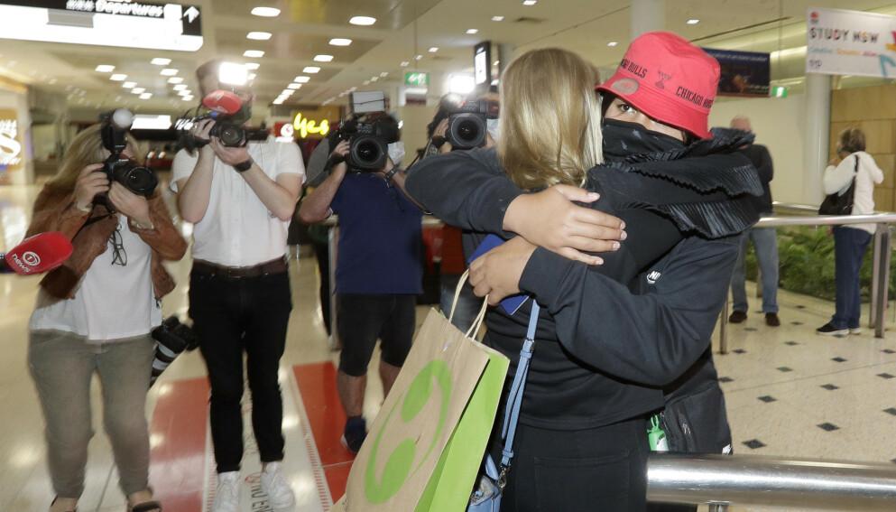 En kvinne som kom fra New Zealand, omfavnes av sin stemor på flyplassen i Sydney etter at karantenefri reise ble innført. Foto: Rick Rycroft / AP / NTB