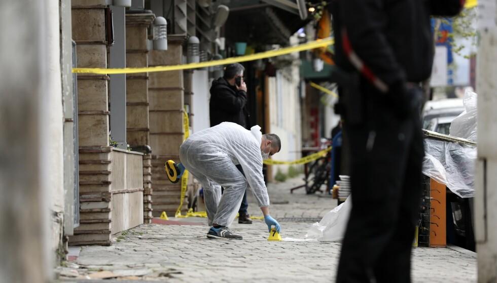 En politimann undersøker området utenfor moskeen. Foto: AP / NTB