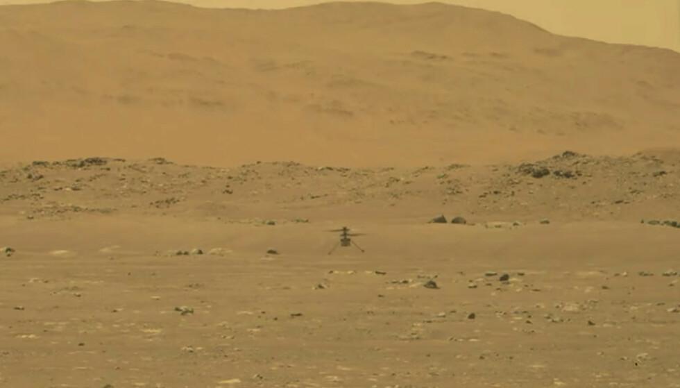 Historiske bilder viser helikopteret Ingenuity som flyr på overflaten av Mars. Foto: NASA via AP / NTB
