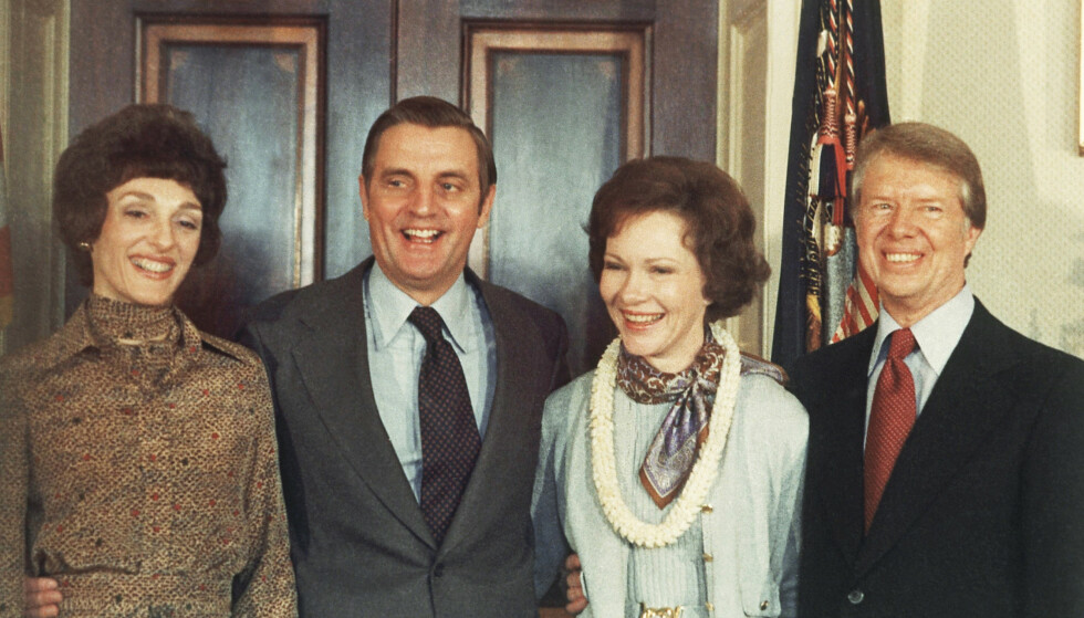Walter Mondale med kona Joan sammen med Jimmy Carter og hans kone Rosalynn i Det hvite hus etter at de var tatt i ed som visepresident og president i januar 1977. Foto: Peter Bregg / AP / NTB