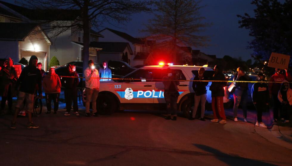 Folk samlet seg ved åstedet etter at en 15 år gammel jente ble skutt og drept av politiet i Ohio. (Foto: AP/NTB)