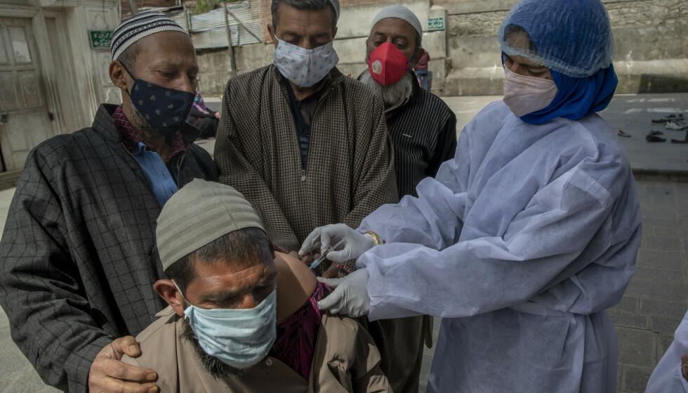 I India arbeides det hardt med å teste og vaksinere befolkningen, men smittetallene øker. Torsdag meldte helsemyndighetene om at over 300.000 nye smittetilfeller var påvist siste døgn. Foto: Dar Yasin/ AP/NTB
