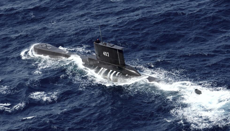Et bilde fra 2014 av den indonesiske ubåten som nå er savnet utenfor kysten av Bali. Det indonesiske forsvaret opplyste torsdag at ubåten kan ligge på mellom 600 og 700 meters dyp, noe den ikke er konstruert for. Foto: Eric Ireng / AP/ NTB