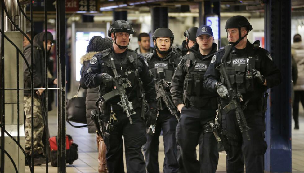 Politifolk patruljerer gangtunnelen mellom busstasjonen Port Authority og undergrunnsstasjonen Times Square i New York etter eksplosjonen i desember 2017. Foto: Seth Wenig / AP / NTB