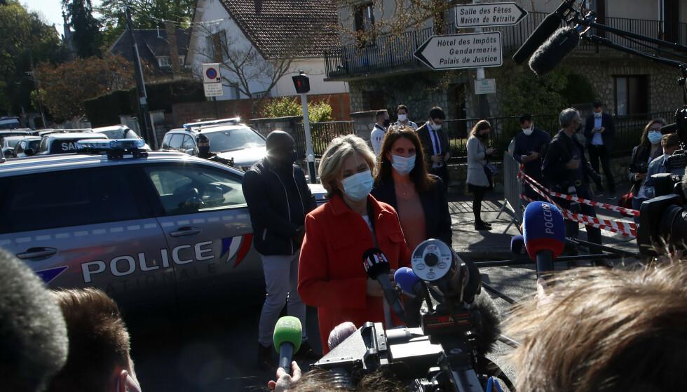 Leder av det regionale rådet i Ile de France, Valerie Pecresse, snakker med pressen utenfor politistasjonen. Foto: Michel Euler / AP / NTB