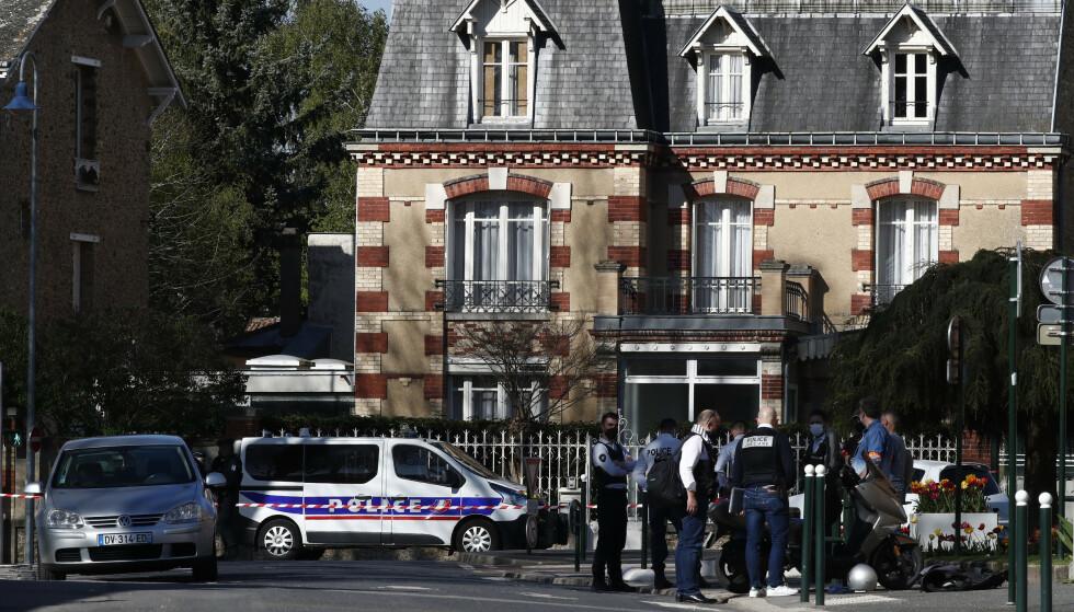 Politifolk er samlet utenfor politistasjonen der kvinnen ble drept fredag. Foto: Michel Euler / AP / NTB