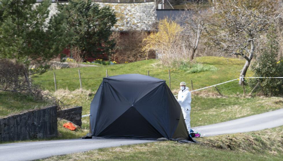 Kriminalteknikere jobber der en kvinne er funnet død på Varaldsøy, og politiet tror hun er drept av en mann som er siktet i saken. Foto: Marit Hommedal / NTB