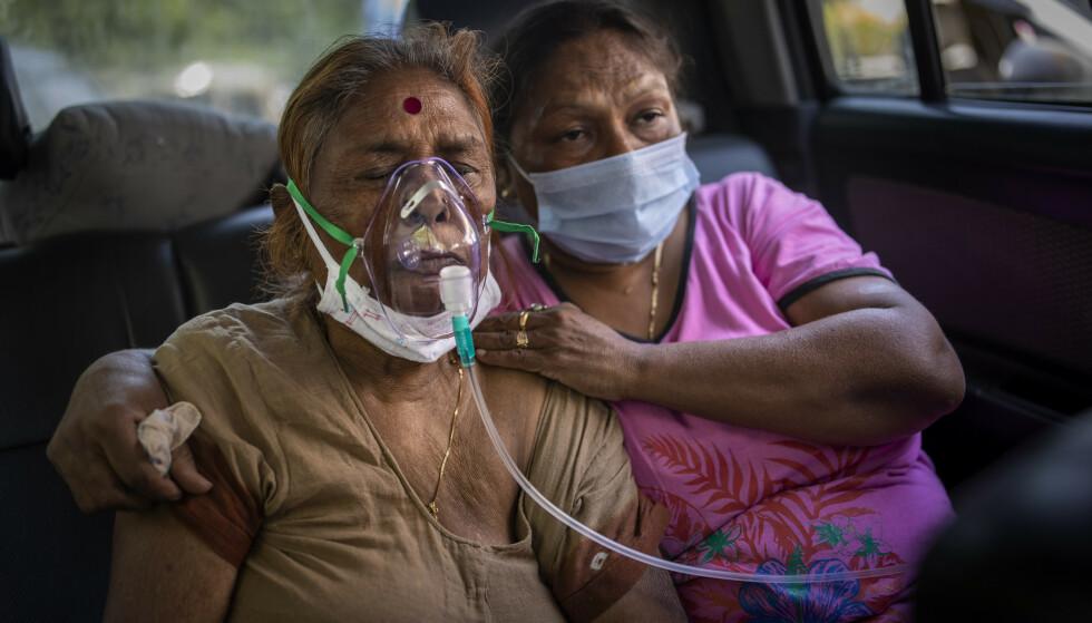 En covid-19-pasient får oksygen skaffet til veie av en sikh-menighet. Oksygenmangelen er blitt så stor at en gurdwara, et sikhistisk gudshus, i New Delhi tilbyr oksygenforsyning fra delte tanker til pasienter som venter på sykehusplass. Foto: Altaf Qadri / AP / NTB
