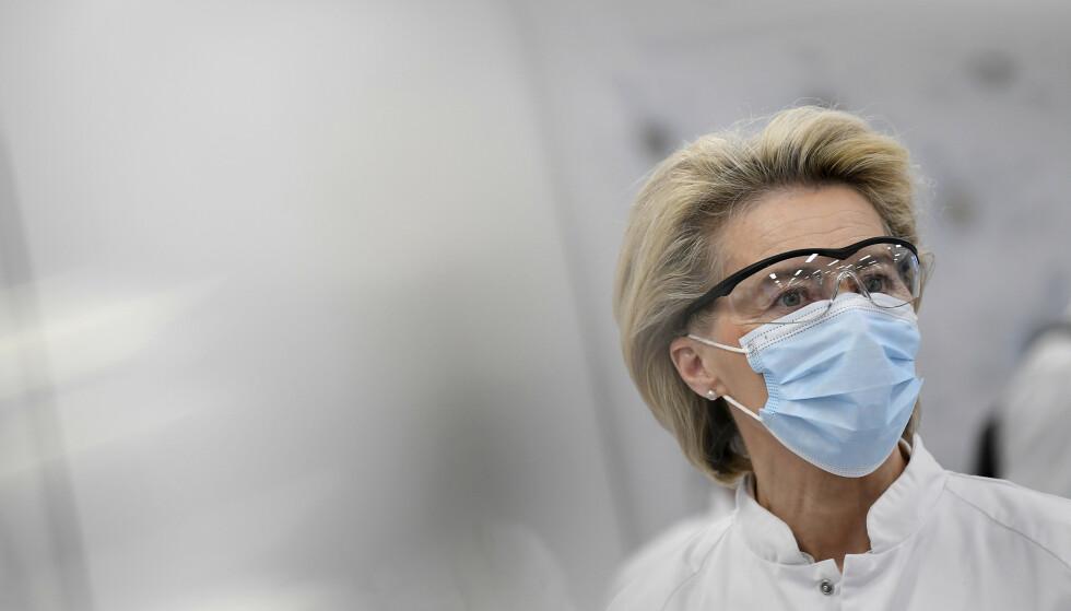 EU-kommisjonens leder Ursula von der Leyen lover rask hjelp til India. Her besøker hun Pfizers fabrikk i Puurs i Belgia fredag. Foto: John Thys / AP / NTB