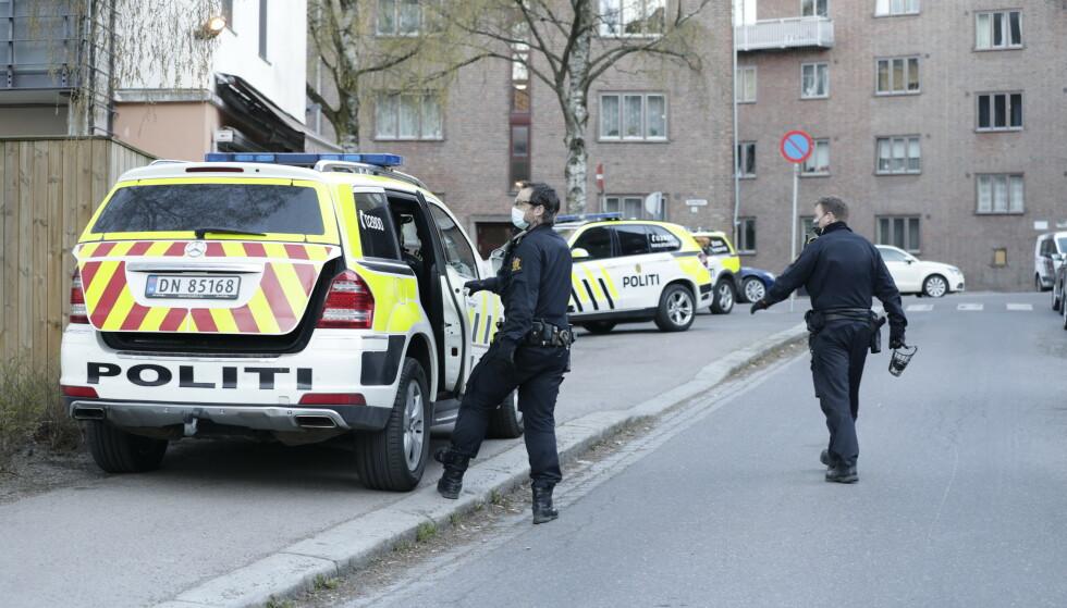 Politiet er med flere patruljer i Ålesundgata og i området rundt etter at en person er knivstukket og alvorlig skadd. Foto: Berit Roald / NTB