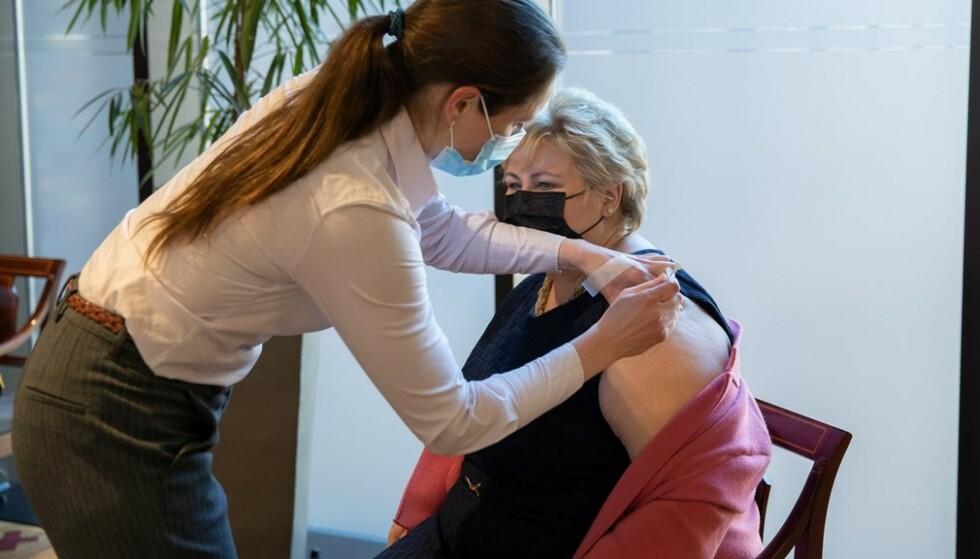 Statsminister Erna Solberg får vaksinen av sykepleier Cecilie Igesund fra Forsvarets sanitet. Foto: David Kringstad Grønvik/Forsvarets mediesenter / NTB