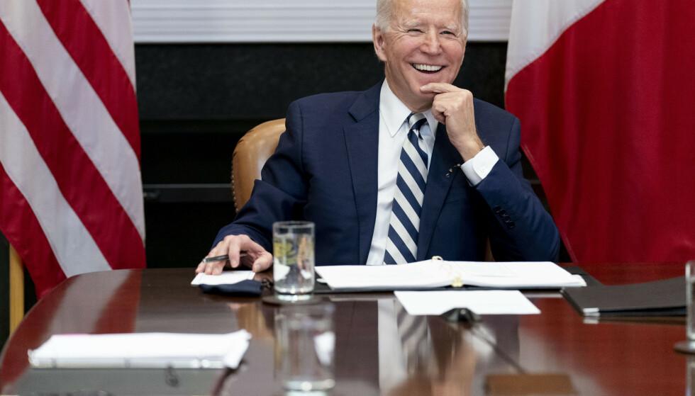 President Joe Biden kan glede seg over langt bedre score på meningsmålingene enn hva Donald Trump fikk etter 100 dager. Men velgerne er splittet, og blant republikanerne er det kun én av ti velgere som er fornøyd. Foto: Andrew Harnik / AP / NTB